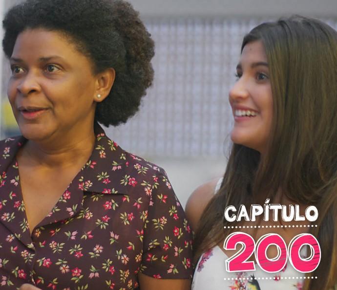 Animada, a jovem faz convite para o namorado e avó (Foto: TV Globo)
