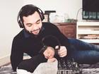 Jonathan Costa posta foto com o filho usando fone: 'A batida perfeita'