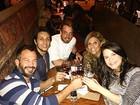 Malvino Salvador janta com a namorada, Kyra Gracie, em São Paulo