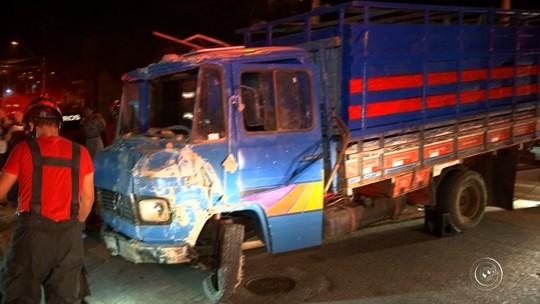 Caminhão sem freio invade casa e fere duas pessoas em Sorocaba