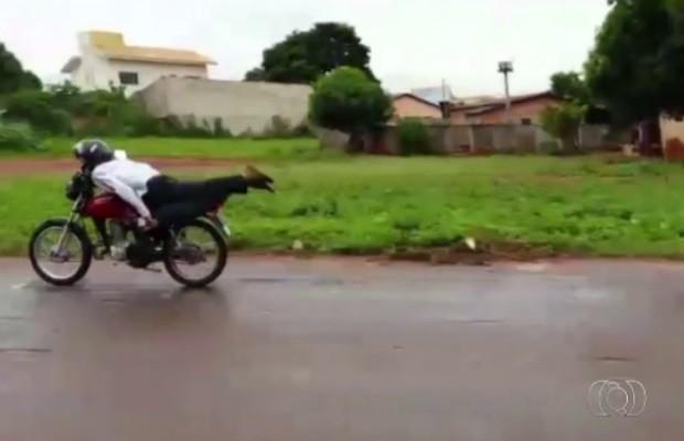 Motociclista pilota deitado e bate de frente, em Trindade Goiás (Foto: Reprodução/TV Anhanguera)