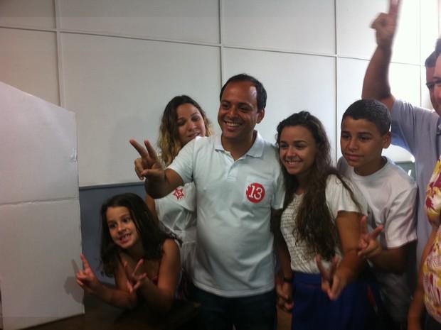 O candidato do PT à Prefeitura de Niterói, Rodrigo Neves, votou por volta das 11h deste domingo (28) (Foto: Carolina Lauriano/G1)