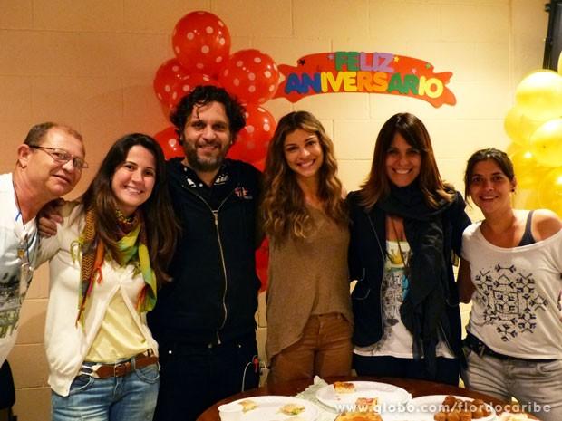 Grazi ao lado da diretora Teresa Lampreia e equipe de Flor do Caribe (Foto: Flor do Caribe / TV Globo)