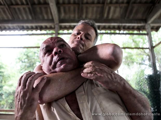 Kléber imobiliza Pedro e avisa que ele vai pagar pelo seu erro (Foto: Felipe Monteiro/TV Globo)