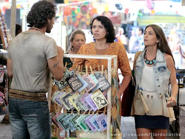 O casal encontra Jurema, que pode ser a mãe de Lino (Foto: Flor do Caribe / TV Globo)