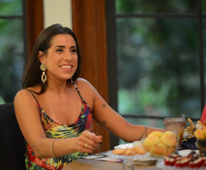 Juliana sorri ao assistir aos vídeos do programa (Foto: Pedro Carrilho / Gshow)