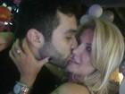 Antônia Fontenelle dá mordidinha no namorado, Jonathan Costa