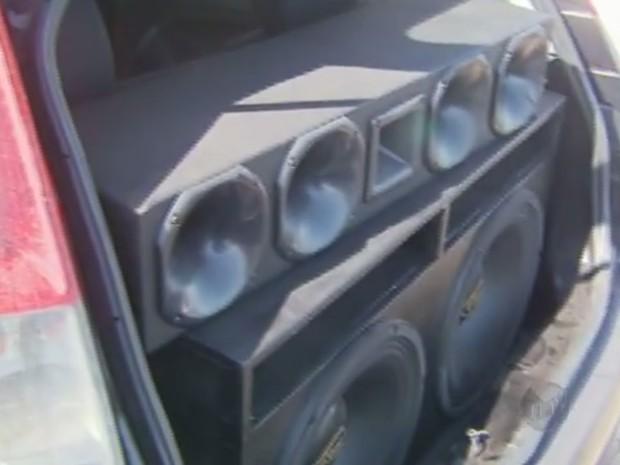 Carro apreendido com equipamentos de som no interior de SP (Foto: Reprodução/ EPTV)