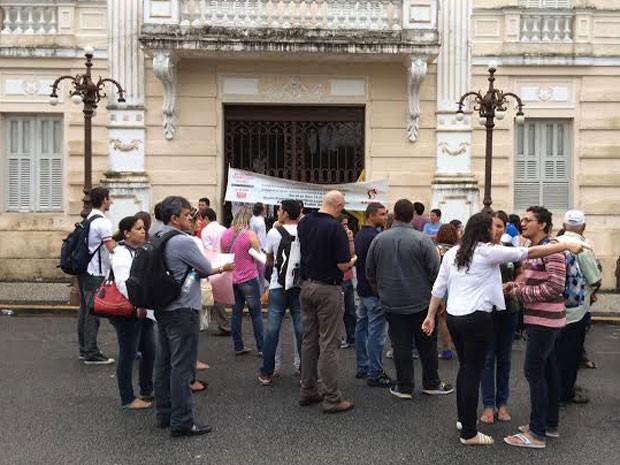 Professores, técnicos e alunos bloquearam a porta de entrada do Palácio da Redenção, em João Pessoa (Foto: Walter Paparazzo/G1)
