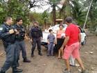 Policiais militares distribuem cestas básicas em Tibau do Sul, no RN
