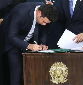 Leonardo Picciani assina termo de posse do Ministério do Esporte (Foto: Roberto Castro / ME)
