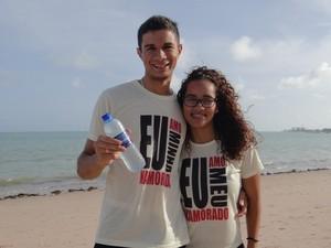 Com camisas personalizadas, casal vende água em praias da orla de Maceió (Foto: Larissa Vasconcelos/G1)