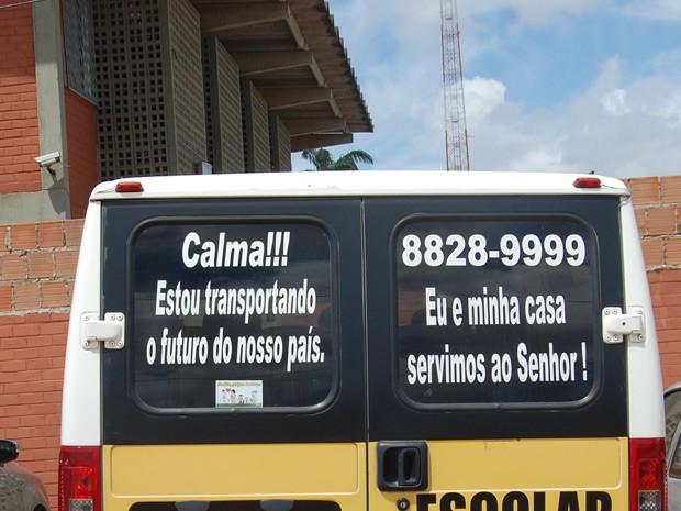 Van adesivada indica a responsabilidade com que Breno faz o transporte escolar (Foto: Jorge Machado/G1)