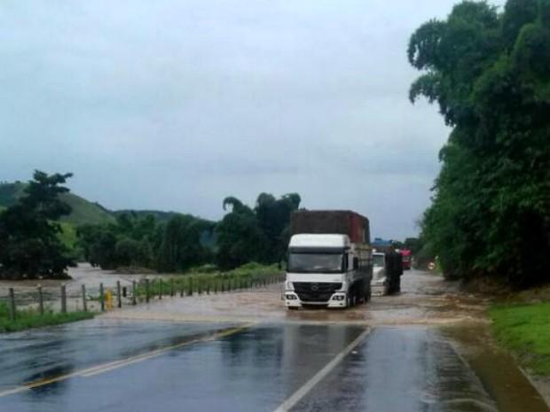 Trânsito ficou totalmente bloqueado no km 114 da BR-393 (Foto: Divulgação/PRF)