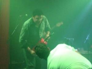 Vídeo extraído de celular mostra vocalista com extintor na mão -  Kiss 24 erros (Foto: IGP-RS/Reprodução)