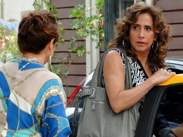 Wanda leva um susto ao saber que a polícia está atrás dela (Foto: Salve Jorge/TV Globo)