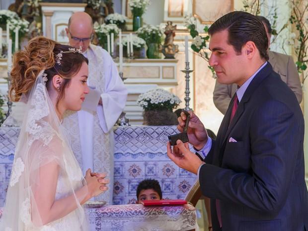 Marcos dá o anel verdadeiro da avó para Laura (Foto: Artur Meninea/Gshow)