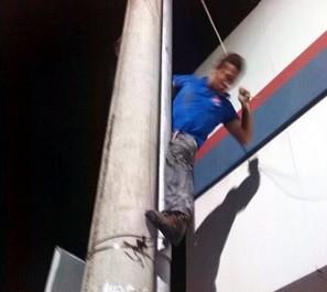 Bandidou desceu pelo poste após furto de loja   (Foto: Polícia Militar / Divulgação)