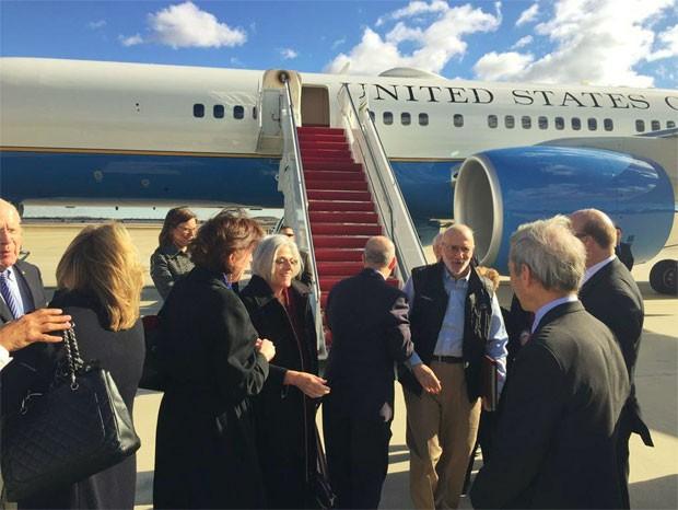 Alan Gross desembarca em Maryland nesta quarta-feira (17) (Foto: Reuters)