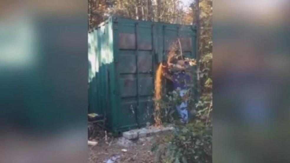 Autoridades encontram Brown dentro de um contêiner fechado com cadeado  (Foto: Polícia Carolina do Sul/ BBC)