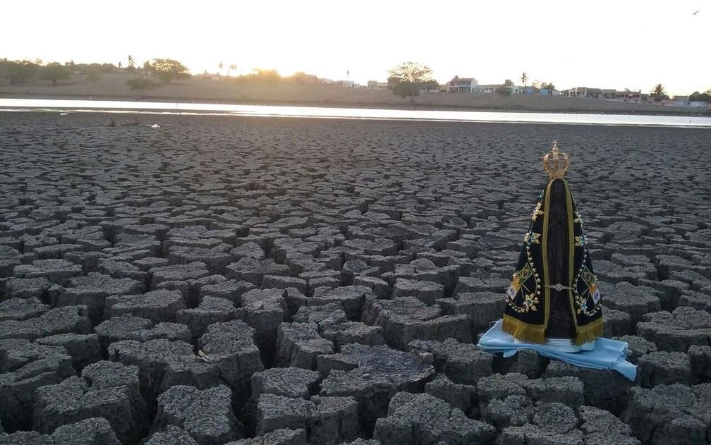 Ribeirinhos apelam para a fé para tentar melhorar a situação da seca (Foto: Haleph Ferreira)