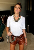 Mariana Goldfarb usa shortinho e bolsa de R$ 9 mil no 4º dia do SPFW