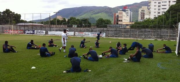 Jogadores da Pantera se alongando para o treinamento (Foto: Nawaf Letieri/Globo Esporte)