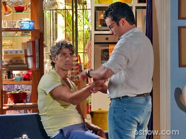 Felipe examina Cadu depois do cunhado reclamar de cansaço (Foto: Em Família/ TV Globo)