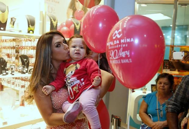 Nicole Bahls beija bebê durante lançamento de sua coleção de bijuterias (Foto: Delson Silva/AgNews)