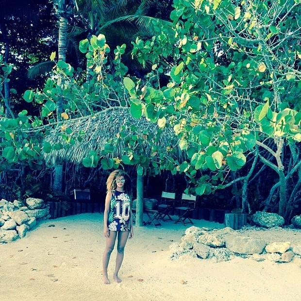 Beyoncé posa de óculos e shortinho (Foto: Instagram/ Reprodução)
