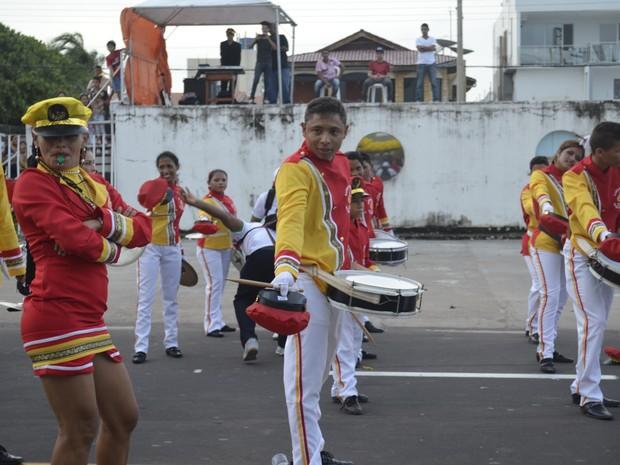 Banda Fanfarra da escola Ester Virgolino tocou músicas tradicionais e da atualidade (Foto: Abinoan Santiago/G1)