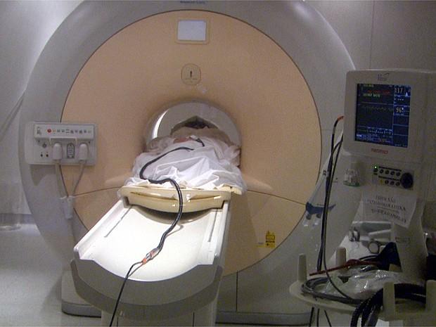 Paciente realiza ressonância magnética e resultado é processado por software (Foto: Carlos Trinca/EPTV)