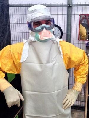 Foto publicada em setembro em seu perfil do  Facebook mostra o médico Craig Spencer com traje de proteção contra ebola antes de partir para a Guiné (Foto: Reprodução/Facebook/Craig Spencer)