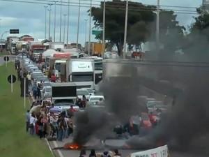 Trânsito foi bloqueado e congestionamento chegou a atingir cerca de 10 km (Foto: Reprodução/TV Anhanguera)