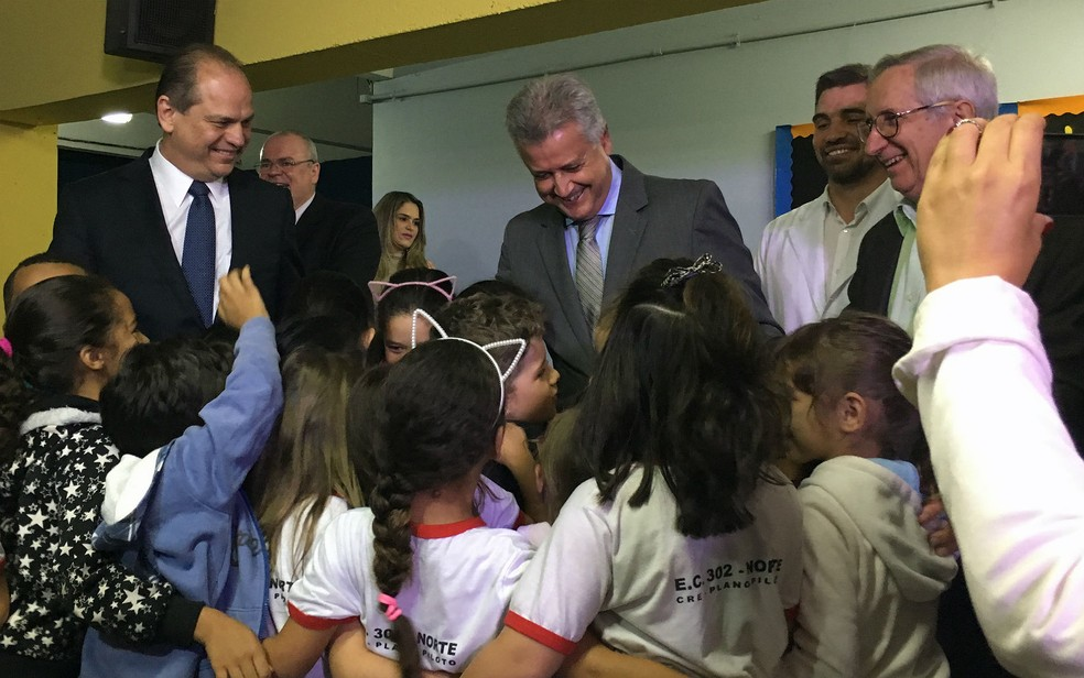 Ministro da Saúde, Ricardo Barros, e governador do DF, Rodrigo Rollemberg, cumprimentar crianças da Escola Classe da 302 Norte durante campanha de vacinação (Foto: Luiza Garonce/G1)