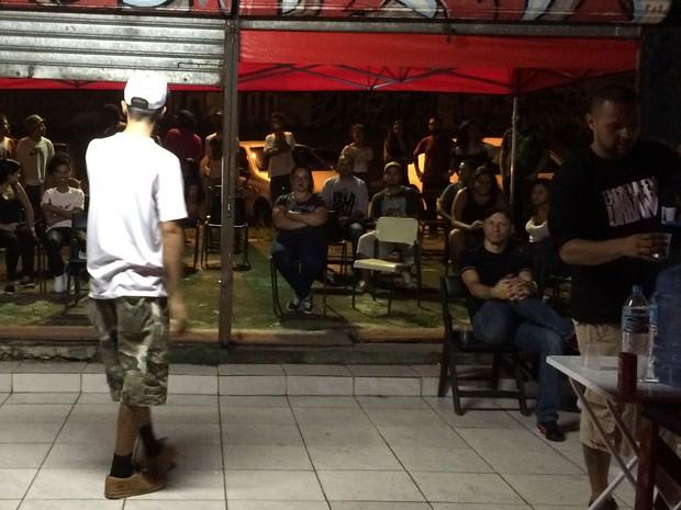 Público assiste à performance de Afonso, no Slam da Ponta, na Zona Leste de SP (Foto: Eduardo Pereira/G1)