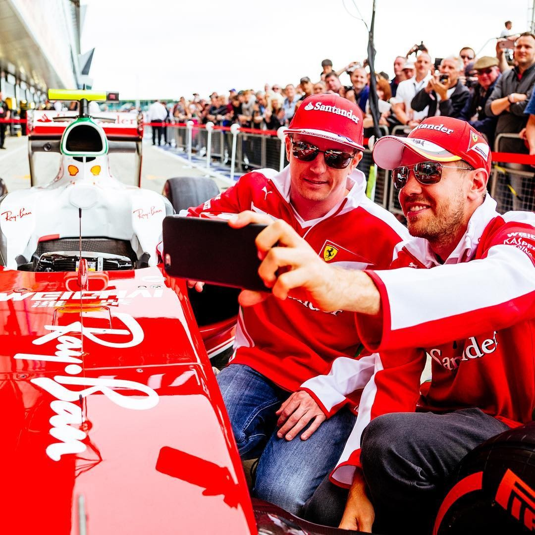 Logo da Ray-Ban em um dos carros da Ferrari (Foto: Reprodução/Instagram)