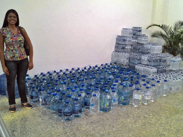 Raquel Sampaio, de 21 anos, com parte dos galões de água doados (Foto: Raquel Sampaio/Arquivo Pessoal)
