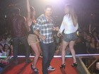 Ex-BBB Yuri sensualiza no palco de casa de shows do Rio