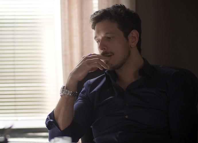 Lázaro descobre que Léo vai pedir Diana em casamento (Foto: TV Globo)