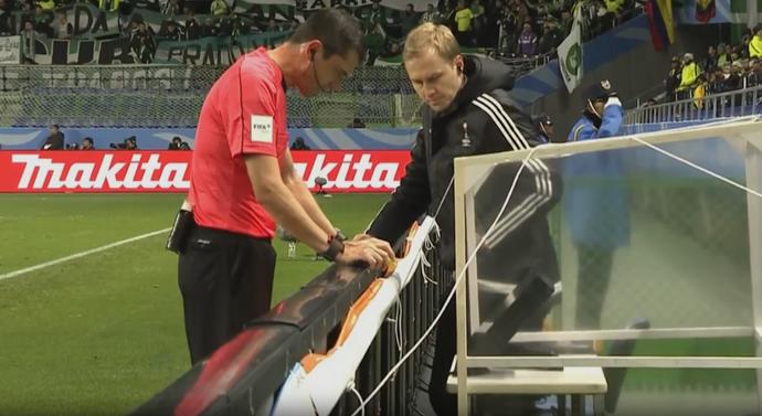 o árbitro Viktor Kassai; polêmica recurso de vìdeo Atlético Nacional x Kashima (Foto: Reprodução SporTV)