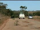 Cansados de esperar recapeamento, moradores tapam buracos de rodovia