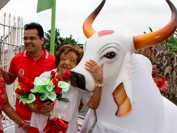 Ao completar 91 anos, dona Maria Ângela recebeu visita do Boi Garantido (Foto: Paulo Sicssu/Divulgação)