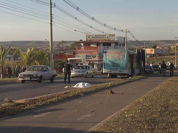 Um homem morreu no início da manhã desta segunda-feira (9) após ser atropelado por um ônibus na DF-459, na saída de São Sebastião. Segundo a Polícia Militar, o motorista do ônibus teria perdido o controle da direção em uma curva, atravessou o canteiro cen (Foto: Reprodução/TV Globo)