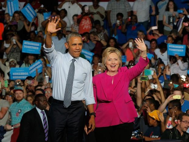 O presidente dos EUA Barack Obama acena ao lado da candidata do partido democrata Hillary Clinton durante um evento de campanha em Charlotte, na Carolina do Norte,  nos EUA (Foto: Brian Snyder/Reuters)