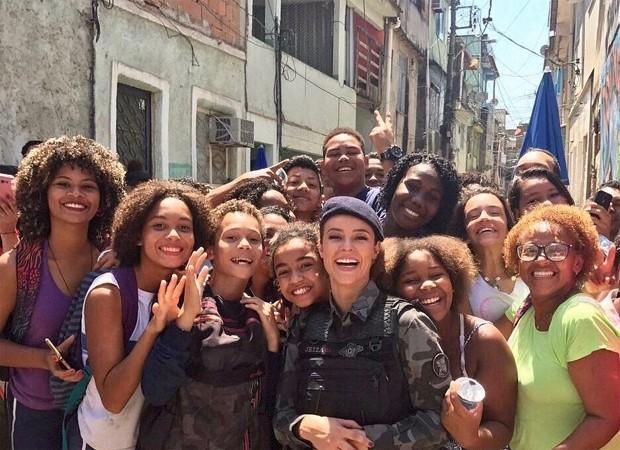 Paolla Oliveira posa com fãs em intervalo de gravação (Foto: Reprodução/Twitter)