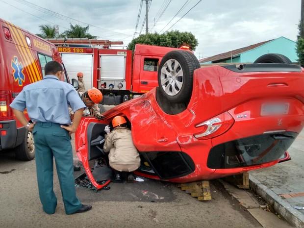 Carro parou com as rodas para cima e mulher não ficou ferida, diz bombeiros (Foto: Marcos Ribeiro/TV Morena)