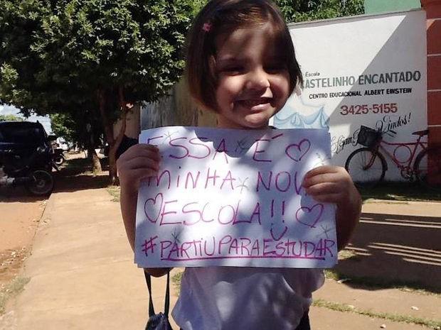 Júlia segura último cartaz após conseguir vaga em escola de Rondonópolis (Foto: Arquivo/Facebook)