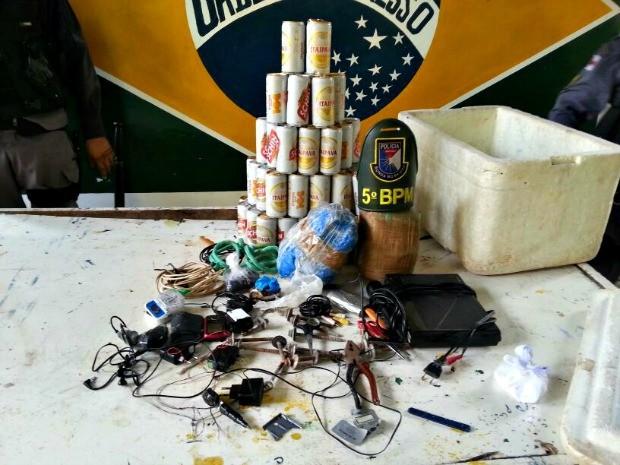 Polícia Militar encontrou bebidas alcoólicas no presídio durante revista após receber denúncias anônimas (Foto: Divulgação/Polícia Militar do Amazonas)