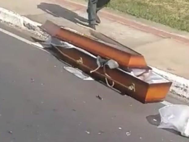 Caixão foi aremessado pra fora do veículo com impacto da batida (Foto: Reprodução / TV TEM)